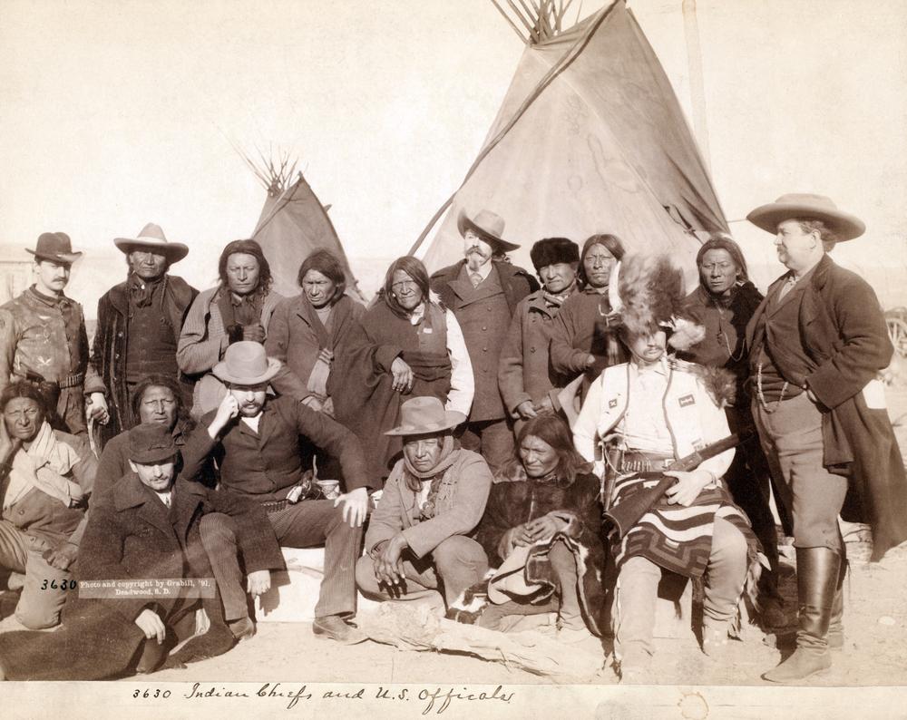 Una immagine d'epoca di indiani Dakota Sioux e pionieri, circa 1890.