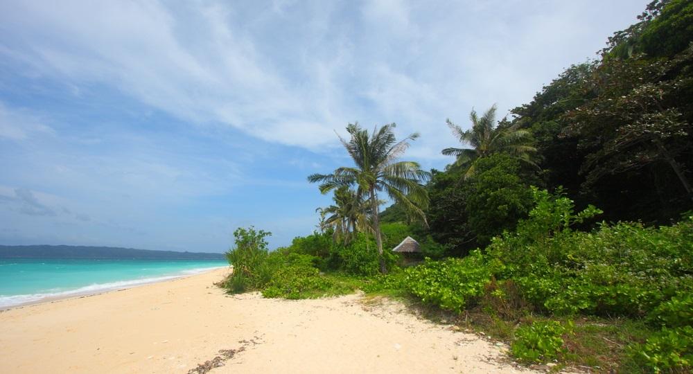 La spiaggia di Puka a Boracay, Filippine, ha ancora un fascino selvaggio