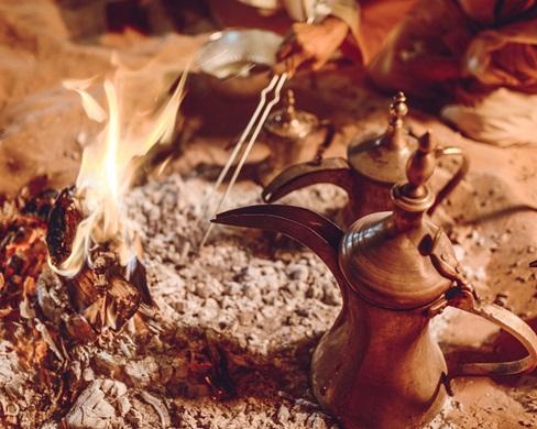 Tradizioni di Abu Dhabi caffè beduino