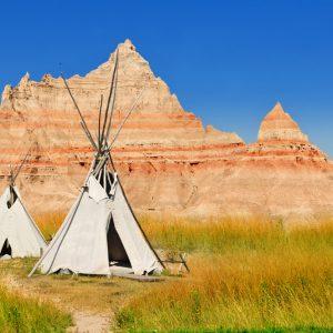 Vecchi Teepee degli indiani Dakota nella riserva di Pine Ridge nel Badlands National Park.
