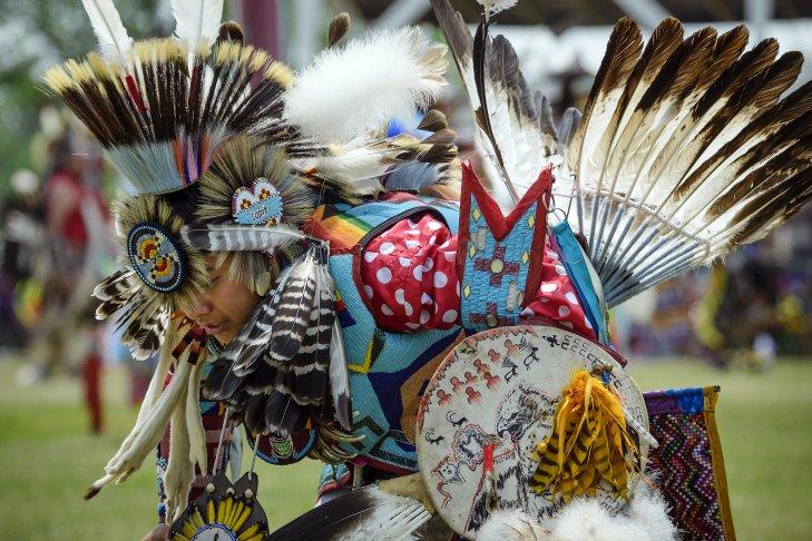 Un membro della tribù degli indiani Dakota in costume tradizionale ad un Powwow